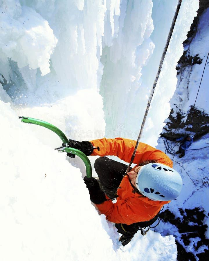 攀登结冰的瀑布的人 皇族释放例证