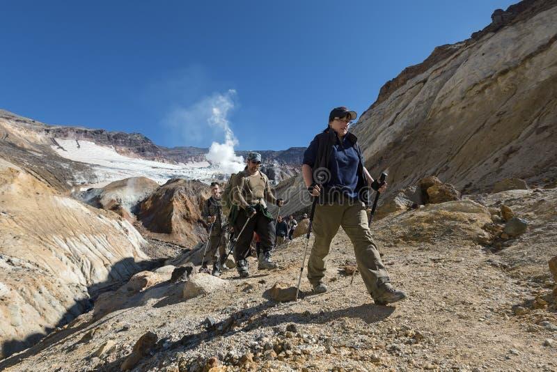 攀登在火山口穆特洛夫斯基火山火山的小组游人峡谷 免版税库存照片