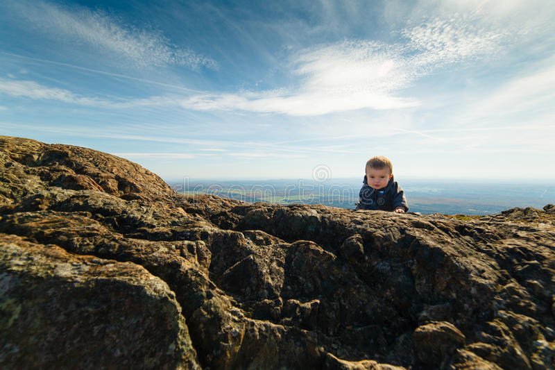攀登山的婴儿男孩 免版税图库摄影