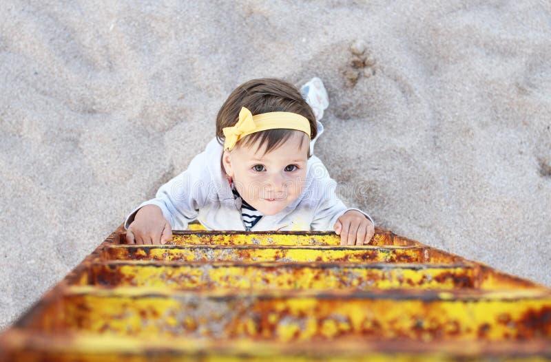 攀登梯子女婴 免版税库存图片
