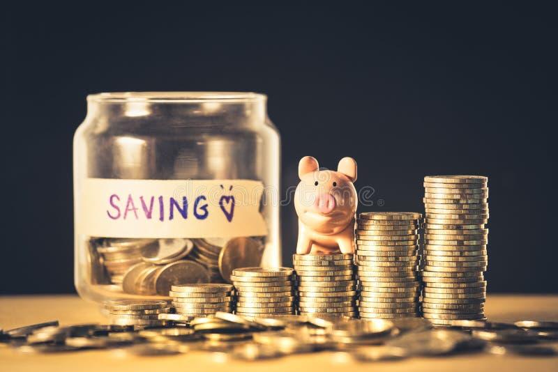 攒钱的标志或计划为投资管理概念 堆与存钱罐背景纹理的硬币 ?? 免版税库存图片