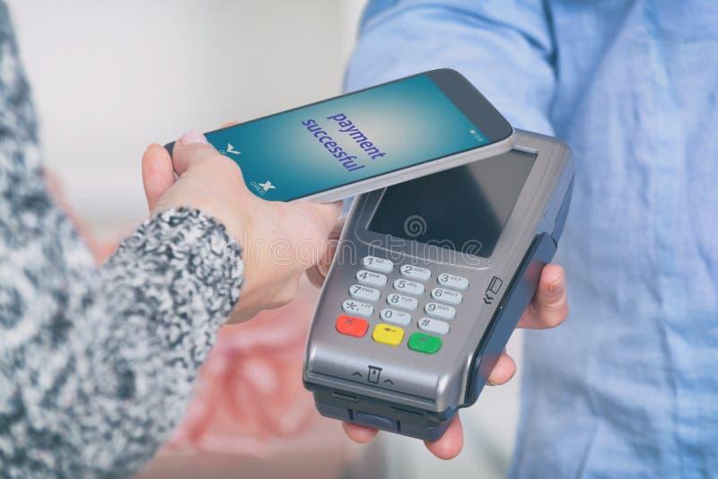 支付不接触与智能手机 免版税库存照片