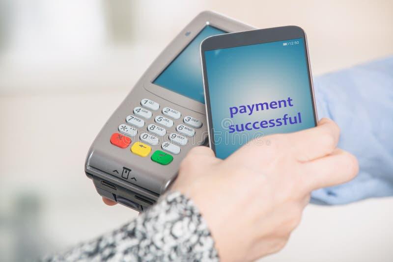 支付不接触与智能手机 免版税库存图片