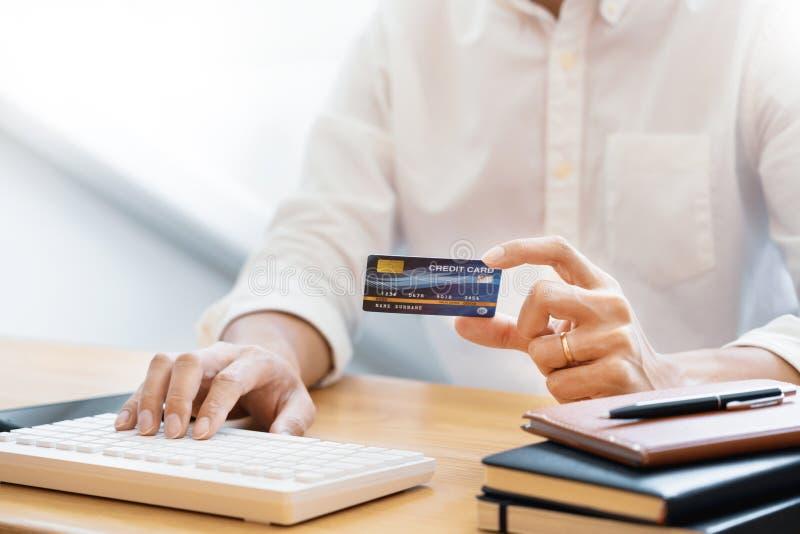 支付与信用卡和输入的安全代码的人网上shoping付付款或购买物品在互联网 图库摄影
