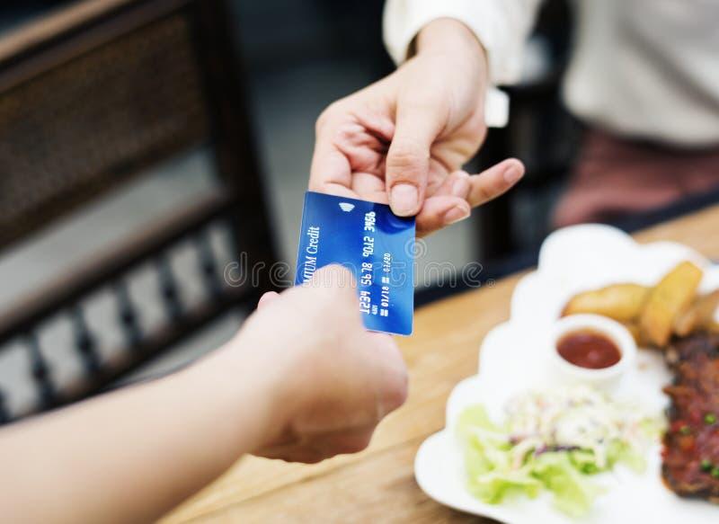 支付与信用卡的妇女午餐在餐馆 库存图片