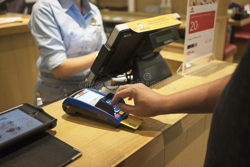 支付命令的顾客由信用卡 免版税图库摄影
