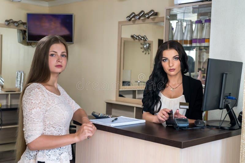 支付在发廊的客户通过信用卡 库存照片