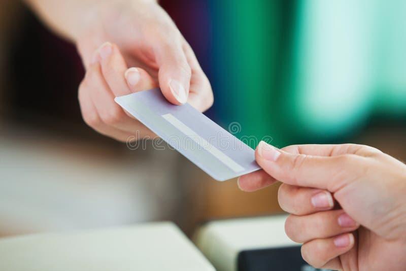 支付妇女年轻人的看板卡接近的赊帐 库存照片