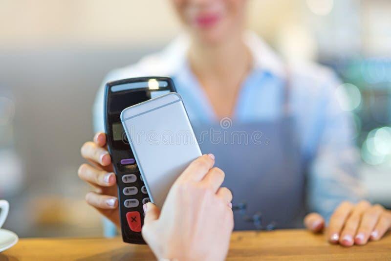 支付通过手机的顾客 免版税图库摄影