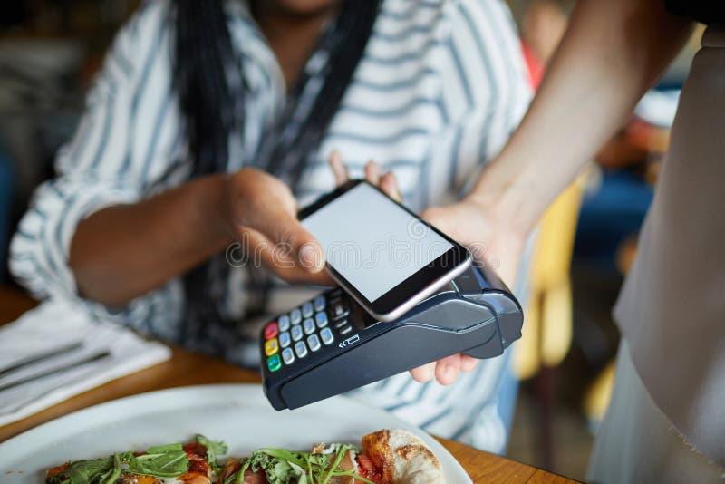 支付通过智能手机 库存照片