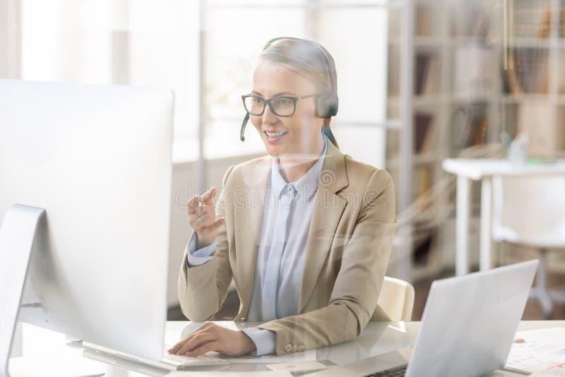 支助服务操作员谈话与客户由没有雇工的设备 免版税库存照片