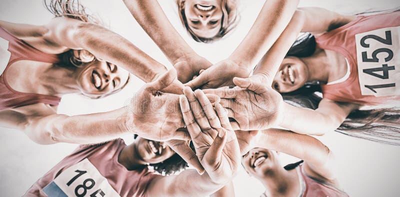 支持乳腺癌马拉松的五个微笑的赛跑者 库存图片