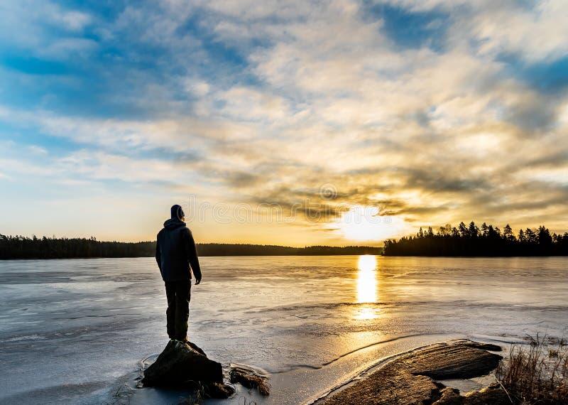 支持冰冷的湖的人 免版税库存图片