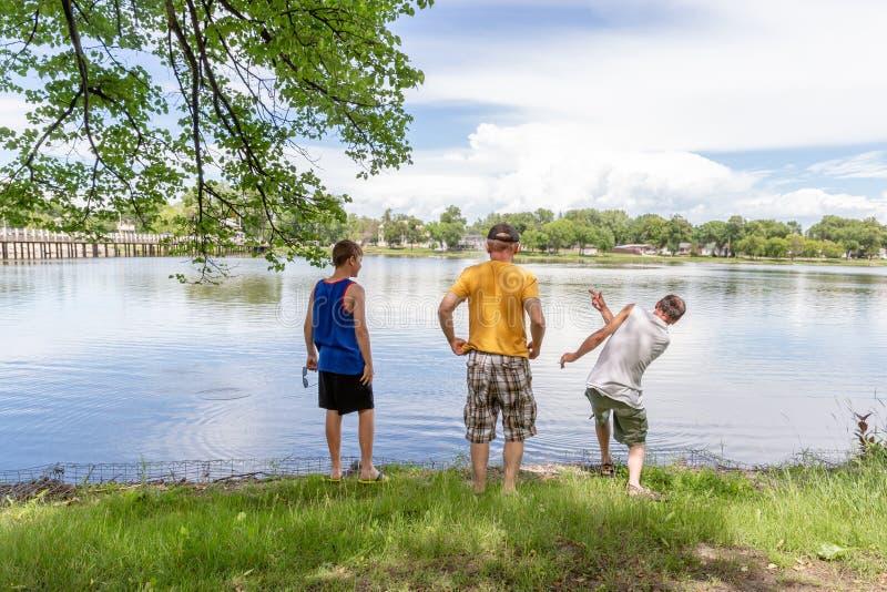 支持在公园消费质量钛的三个人水 图库摄影