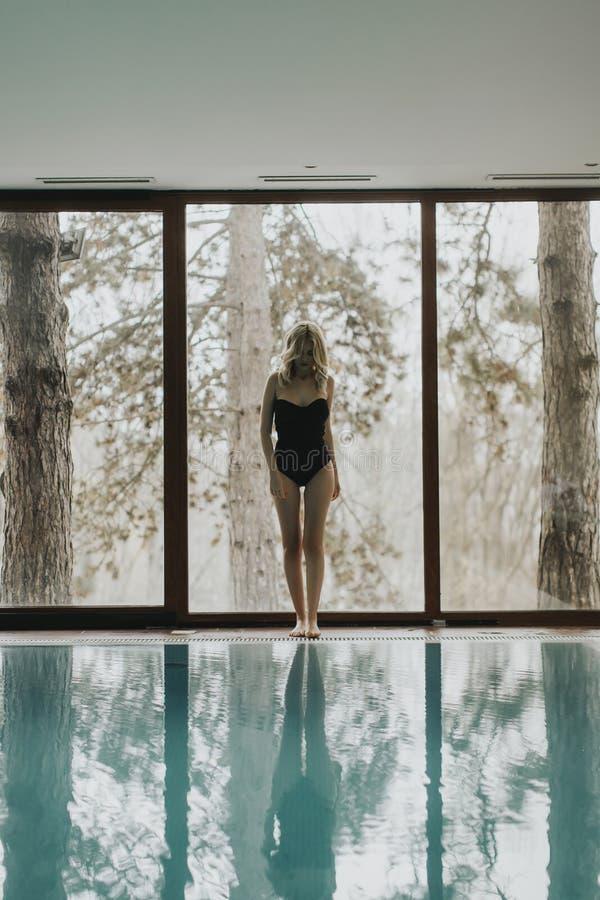 支持在温泉的俏丽的妇女水池 库存图片