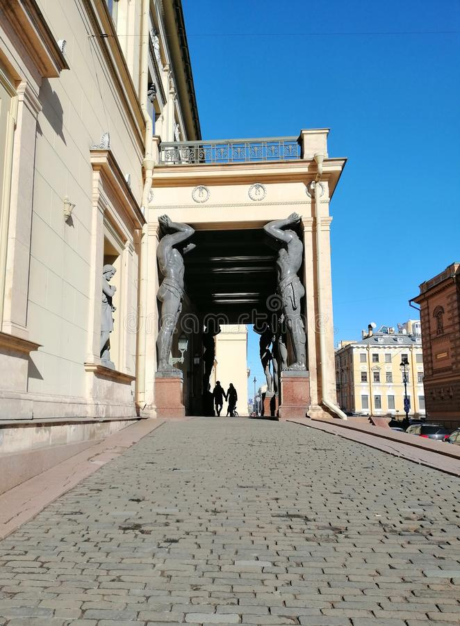 支持曲拱的雕塑 库存照片