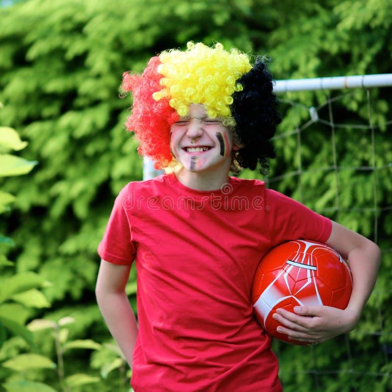 支持比利时橄榄球队的十几岁的男孩 免版税库存图片