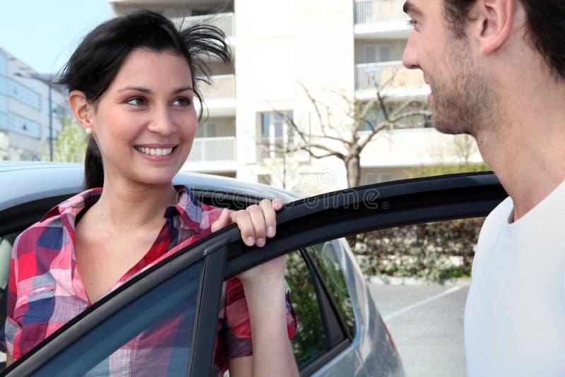 支持汽车的夫妇 免版税图库摄影