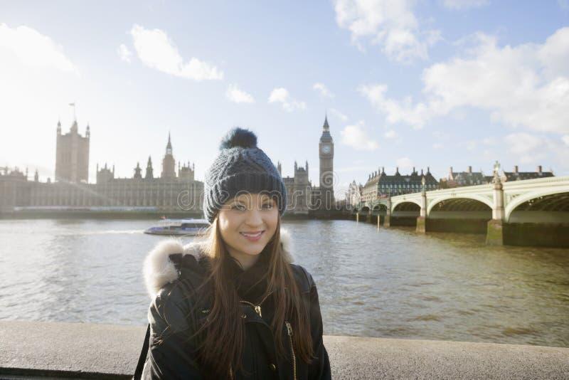 支持泰晤士河,伦敦,英国的美丽的少妇画象  免版税库存图片