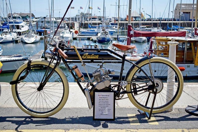 支持港口的一辆非常老摩托车在Ramsgate肯特英国 库存图片