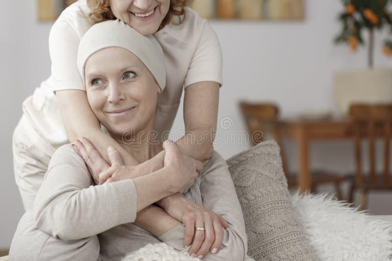 支持病的妇女的家庭成员 免版税库存图片