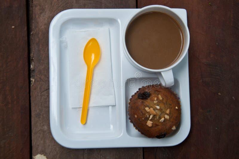 支持的巧克力香蕉松饼和咖啡 免版税库存图片
