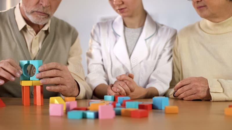 支持资深患者,开发的逻辑,阿耳茨海默氏了悟的女性医生 免版税库存照片
