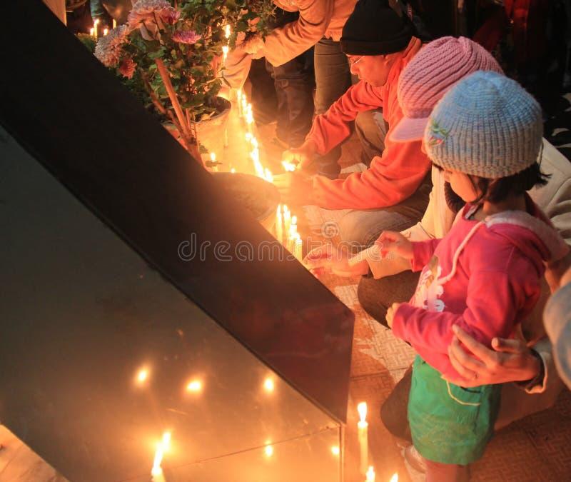 支持轮奸受害者的死亡的点蜡烛的仪式在印度 库存图片
