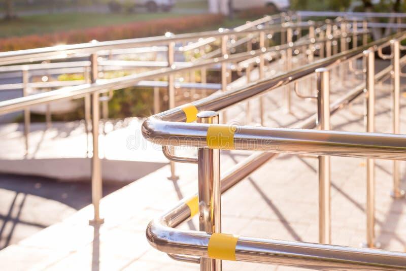 支持轮椅的舷梯方式 Concret与不锈钢扶手栏杆的舷梯方式支持轮椅障碍人们的 免版税图库摄影