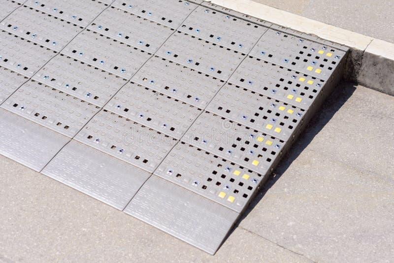 支持轮椅障碍人们的塑料金刚石样式舷梯方式 库存图片