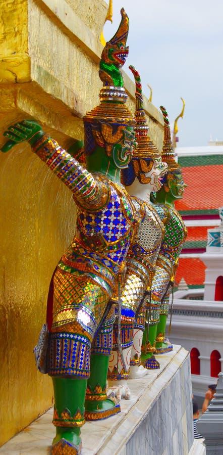 支持金黄chedis, wat phra kaew,曼谷,泰国的邪魔 免版税库存图片