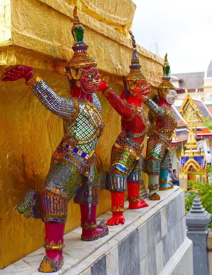 支持金黄chedis, wat phra kaew,曼谷,泰国的邪魔 免版税库存照片
