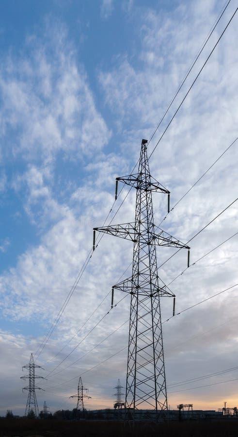 支持高压输电线反对天空蔚蓝 r 库存图片