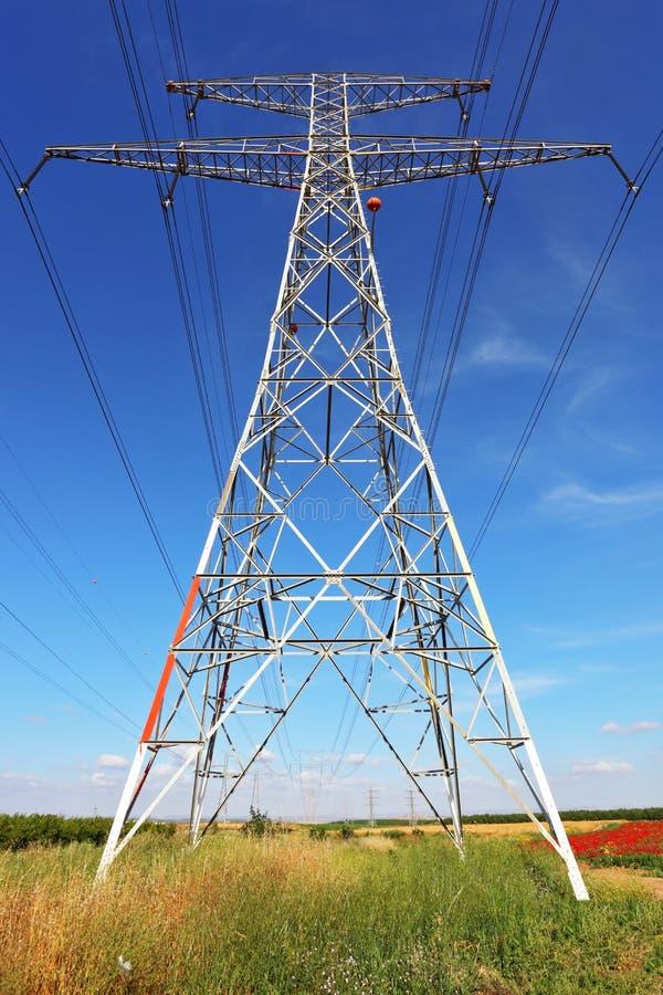 支持高压输电线 免版税库存图片