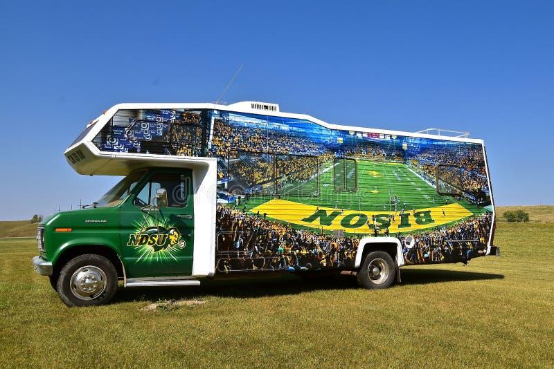 支持NDSU北美野牛橄榄球的福特露营车 免版税库存图片