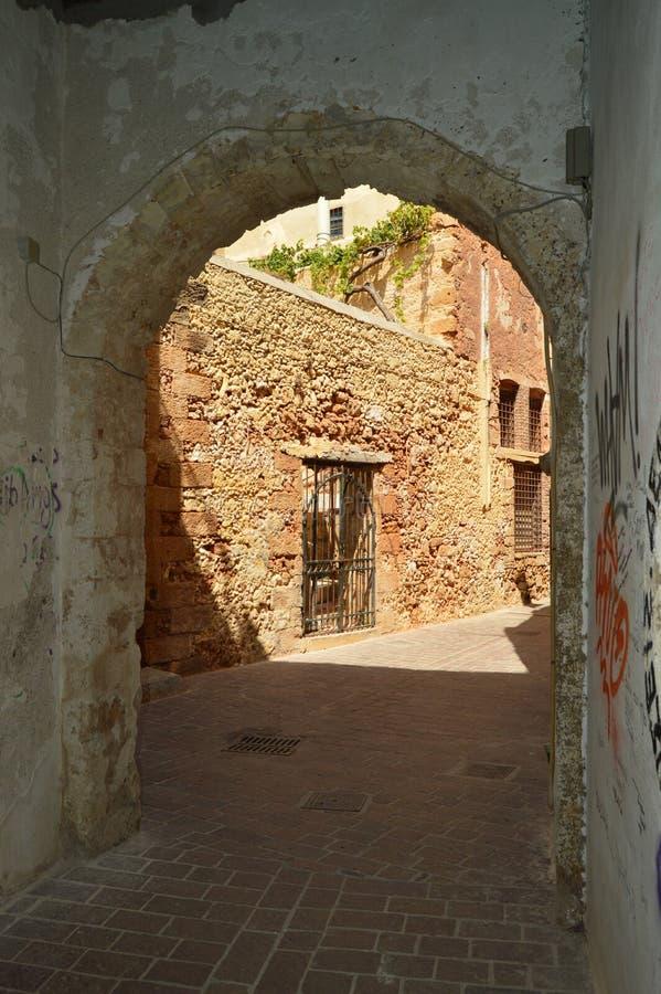 支架段落有拜占庭式的样式曲拱的在它的入口和出口在干尼亚州 历史建筑学旅行 免版税图库摄影