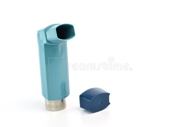 支气管扩张剂吸入器使用在白色背景的哮喘患者 库存图片