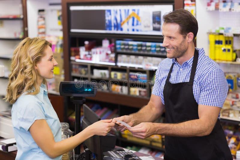 支付与信用卡的收款机的妇女 免版税库存图片