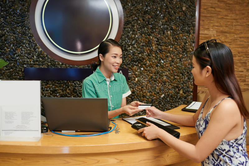 支付与在温泉沙龙的信用卡 免版税库存图片