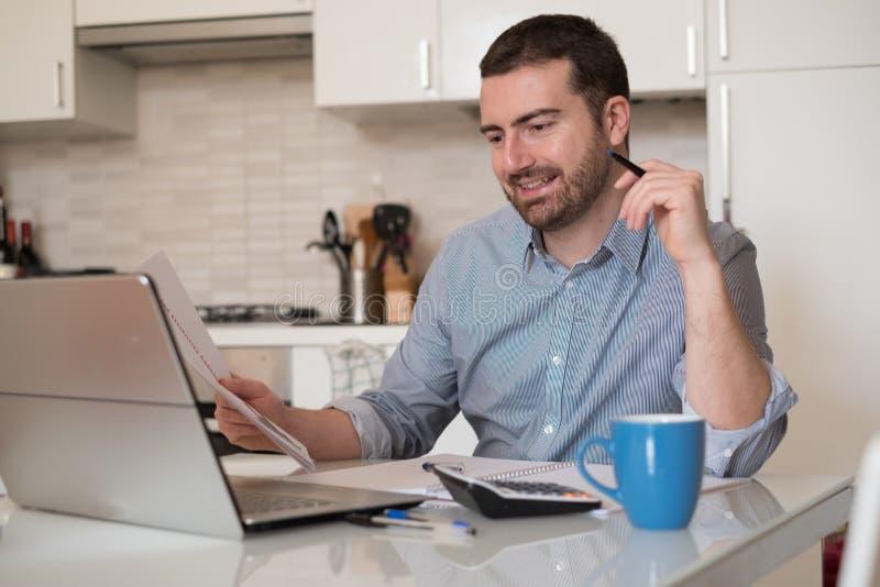 支付发货票的人使用互联网联机服务 库存照片