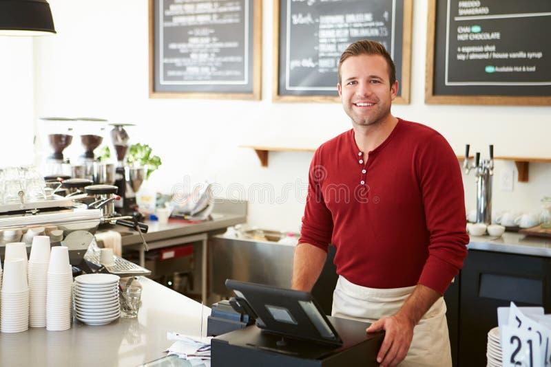 支付在咖啡店的顾客使用触摸屏幕 免版税图库摄影
