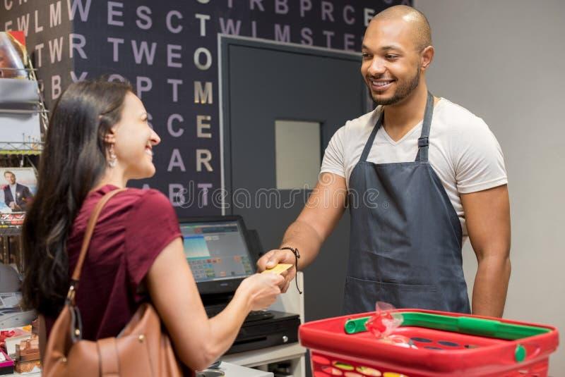 支付在超级市场的妇女 库存图片