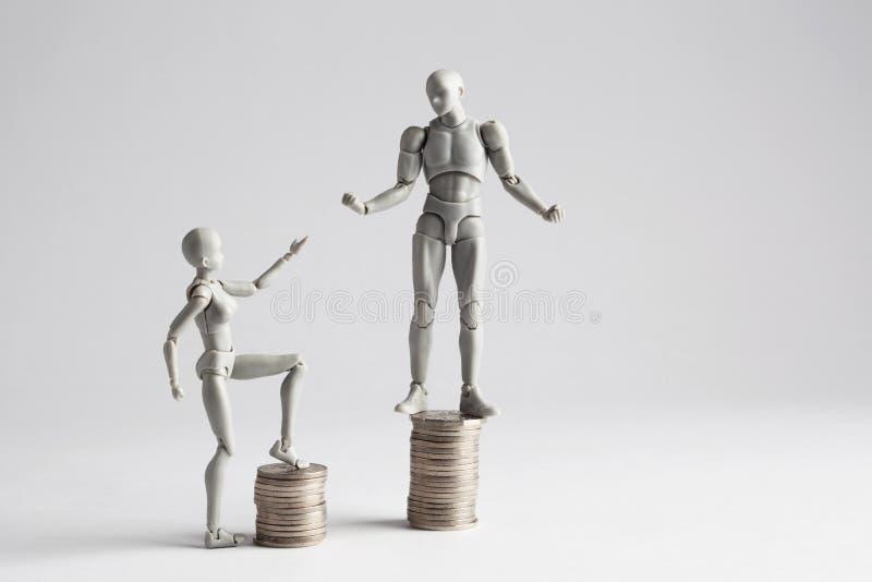 收入不平等概念显示与小雕象 库存图片