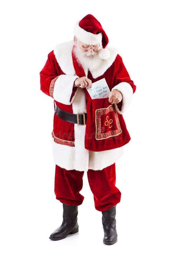 收到儿童的信件的圣诞老人项目在邮件袋子外面 库存照片