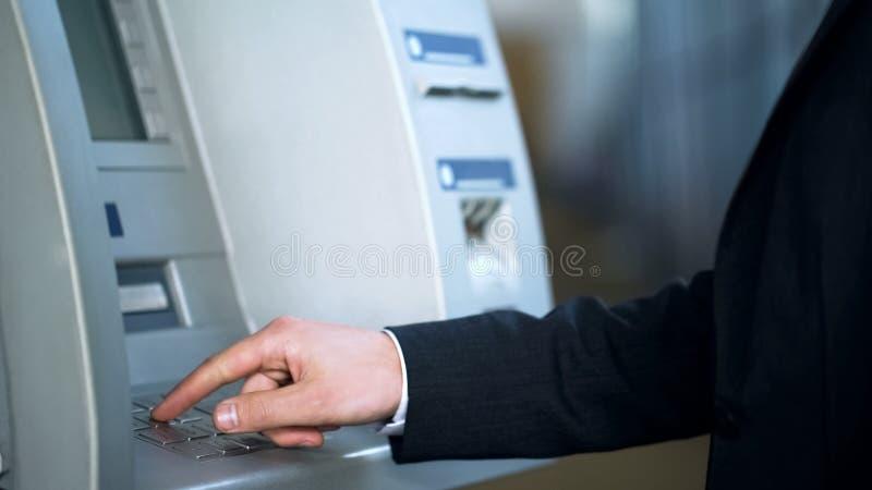 收到金钱的商人输入的别针代码,旅客的银行业务,旅行 库存照片
