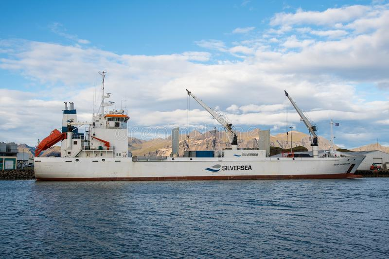 收帆水手装载在Hornafjordur港的银色哥本哈根  免版税图库摄影
