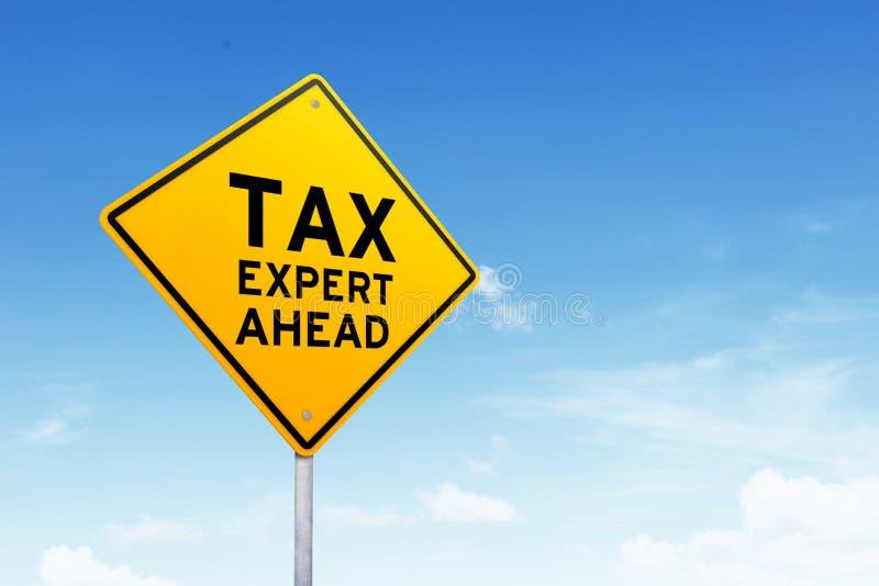 收税专家的路标被射击在美丽的蓝天 库存照片