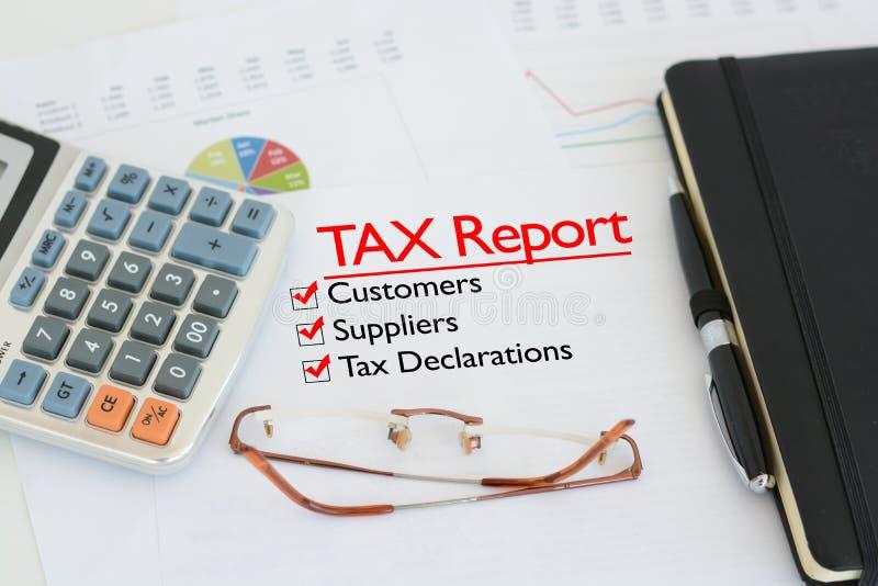 收税关于书桌的报告与壁虱反对顾客、供应商和申报纳税 免版税库存图片