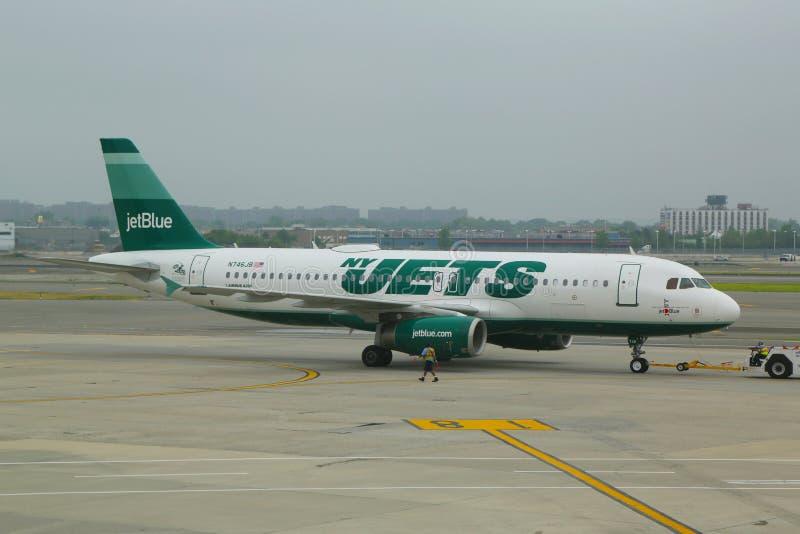 收税在约翰・肯尼迪国际机场的JetBlue空中客车A320 JetGreen航空器在纽约 免版税库存照片
