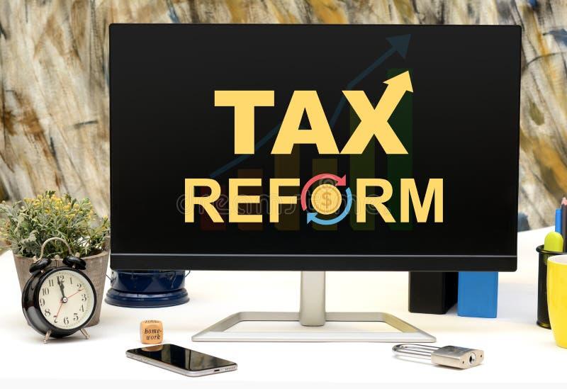 收税Refors词设计事务所桌显示器显示 免版税库存照片